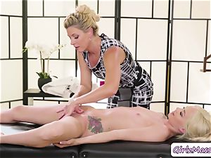 molten Elsa Jean wraps her lips around India Summers moist pussy in massage table
