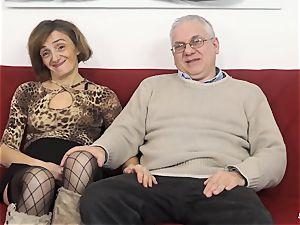 SCAMBISTI MATURI - Deep anal with mature Italian girl